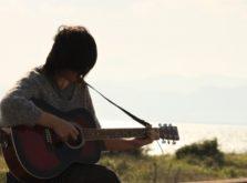 ギターを弾く大人-イメージ